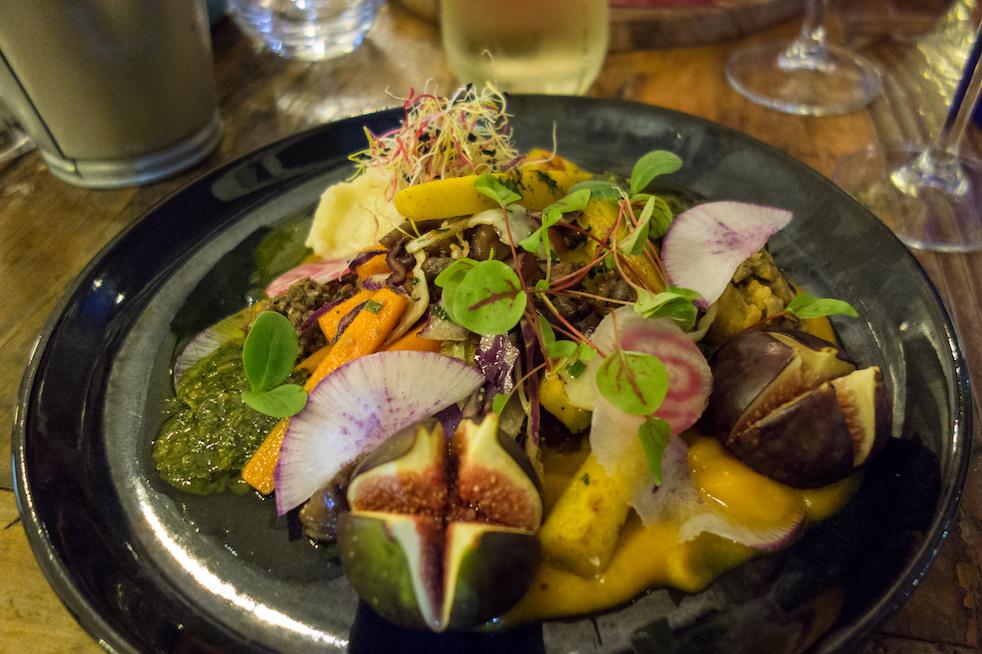 assiette vegetarienne carottes, purée, chou rouge, graines germées, sauce thaï