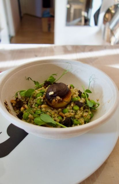 blé vert fumé, petit pois, tapenade olive et ail noir, pignons de pin