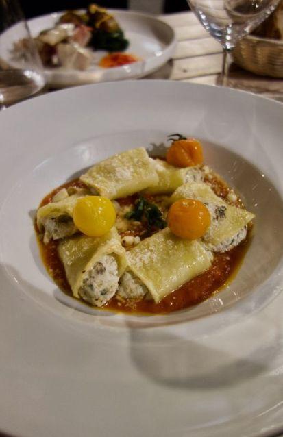Paccheri ripieni farcis à la ricotta et aux aubergines, menthe, amandes et sauce tomate San Marzano