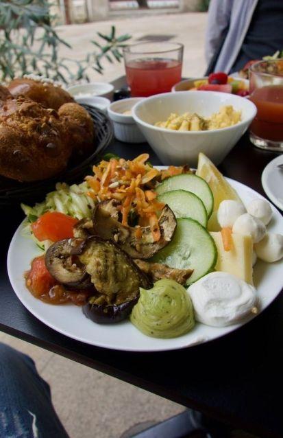 assiette de crudités, aubergines cuisinées et fromage