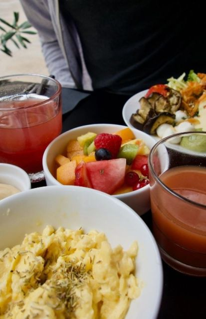 brouillade d'oeufs, salade de fruits frais et jus de fruits
