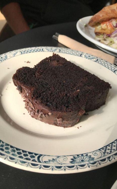 gâteau au chocolat avec glaçage au chocolat