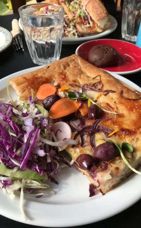 pizza crème crue, fourme d'Ambert, emmental, oignons, fenouil marin, olives, câpres