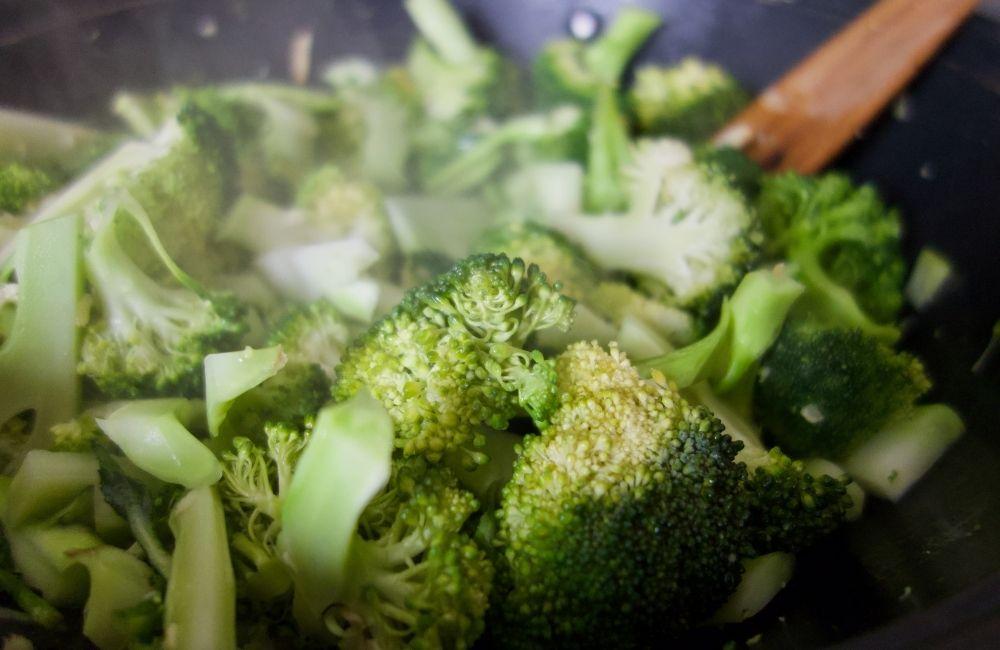 brocolis cuisant dans un wok