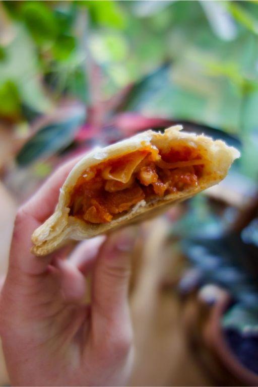 empanada vegan pst, tomates, haricots rouges et maïs