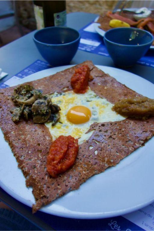 galette de sarrasin œuf, emmental, confit d'oignons, champignons en persillade et concassée de tomates