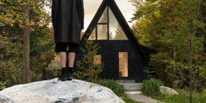 Каркасный минималистичный домик возле лесного озера в Канаде