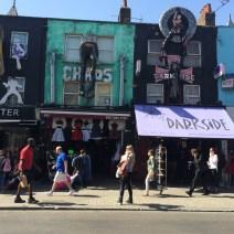 Amanda andando pelas lojas do distrito de Camden Town em Londres