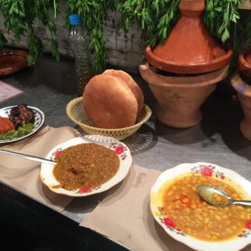 Comidas na Praça Jemaa El Fna em Marrakech, Marrocos: Frango agridoce empanado com berinjela e pimentão de acompanhamento, sopa de lentilhas e sopa de feijão.