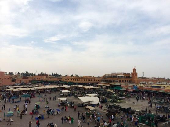 As barracas sendo montadas durante o dia na praça Jeema El Fna em Marrakech.