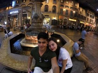 Rodrigo e eu sentados no chafariz da praça em frente aos restaurantes dentro da Montecasino