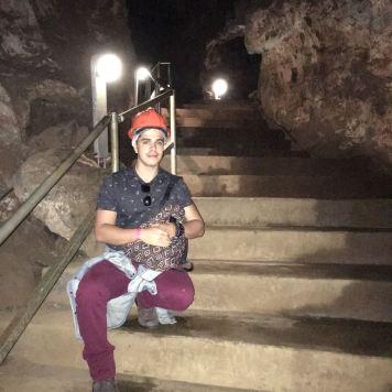 Rodrigo nos degraus dentro da caverna