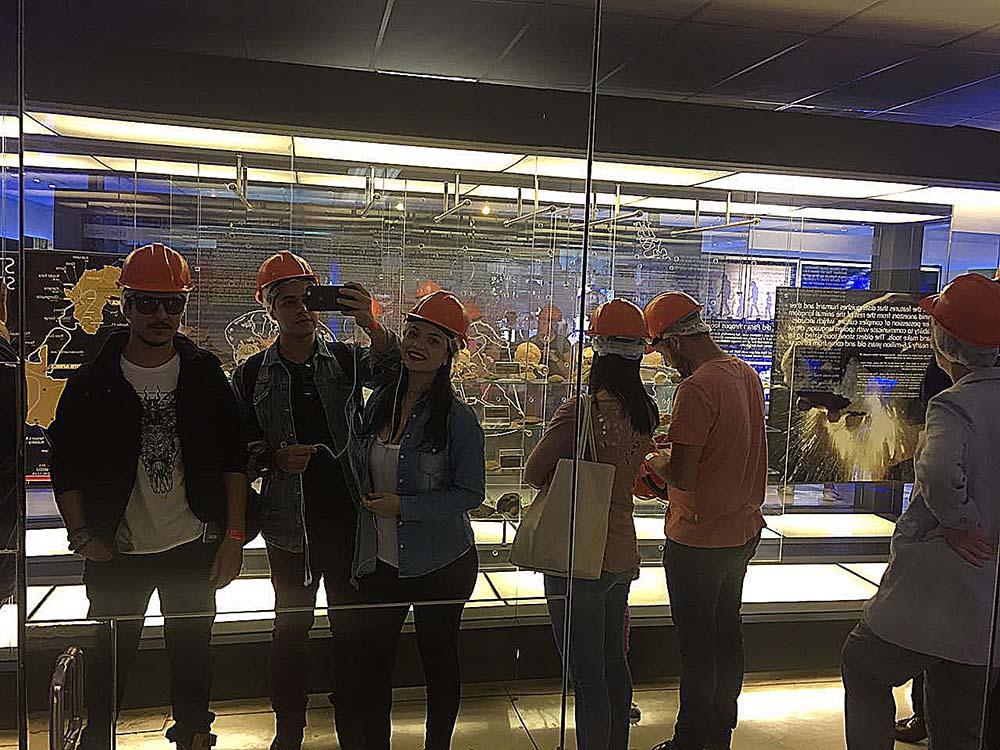 Ike, Rodrigo e Amanda dentro do museu na Sterkfontein Caves.