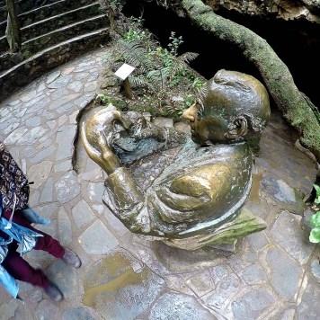 Estátua em bronze do cientista Dr. Robert Broom segurando o crânio de Mrs Ples.