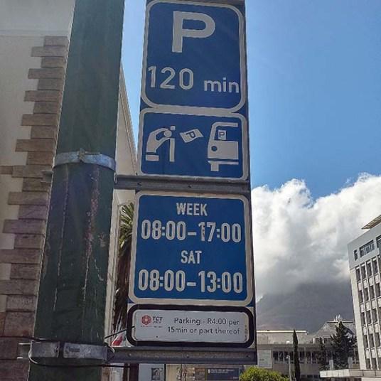 Na placa consta o tempo máximo permitido para se estacionar naquela região e os horários.