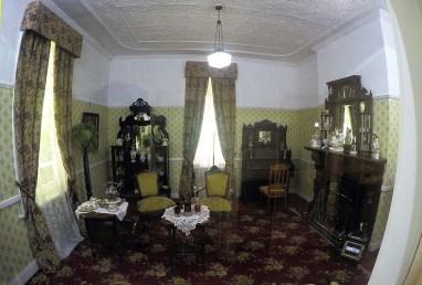 Sala de estar com móveis do inicio do século 20.