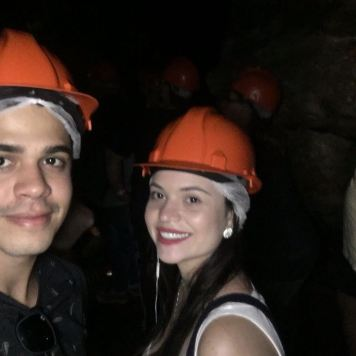 Selfie minha e do Rodrigo dentro da caverna.