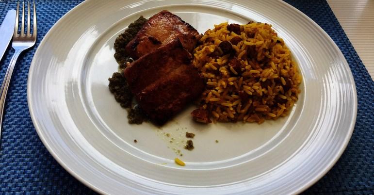 Prato de arroz com carne no restaurante Corveta em Fernando de Noronha.