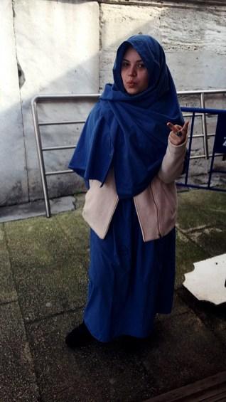 Amanda com vestes mulçumanas para entrar na mesquita.