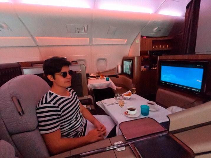 Café árabe e champanhe de recepção na primeira classe