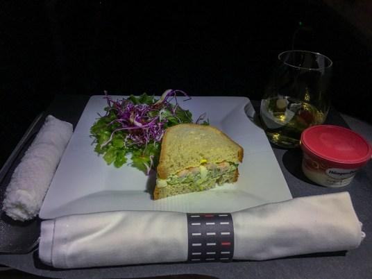 Sanduíche de camarão: JAL - Japan Airlines no avião 787-900