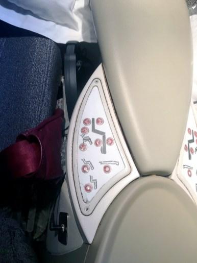 Controle da poltrona: Classe executiva do B777-300 da Latam Airlines