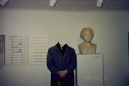 「遺書の家」の内部。 彼の胸像と、その後ろの壁には、交響曲第2番の冒頭の楽譜