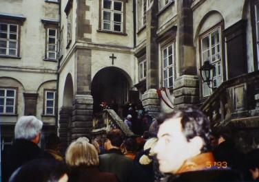 王宮で行われる日曜朝のミサに向かう人々