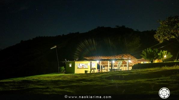 O bar da rampa à noite.