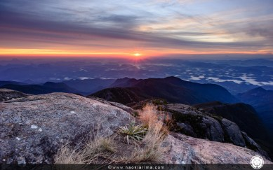 Os primeiros raios de luz marcando o início de mais um dia no cume do Pico da Bandeira.