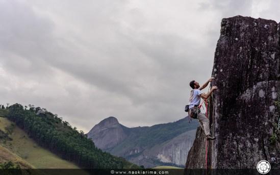 Sandro trabalhando uma aresta estranha no Furlan, ao fundo a Pedra São Cristóvão.