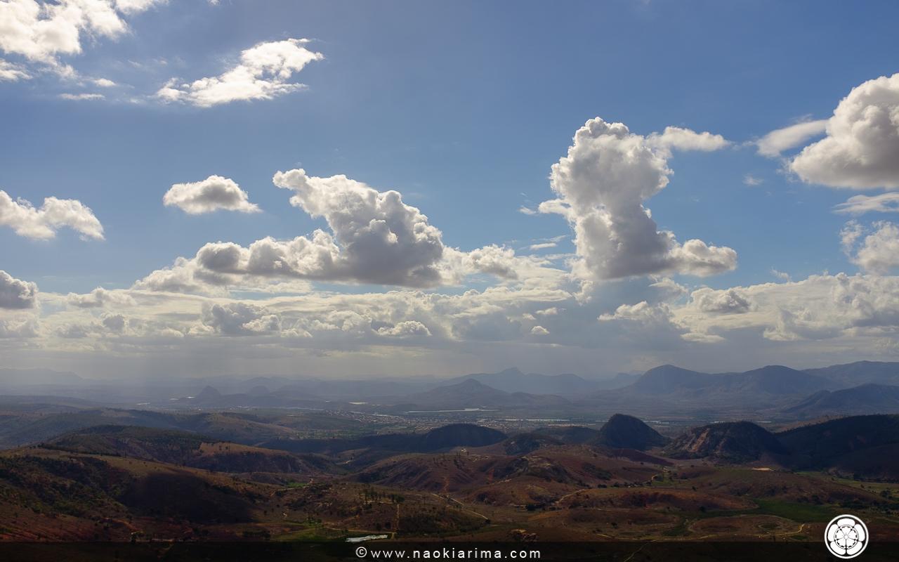 Vista do cume da Pedra Formosa. Ao fundo a cidade de Baixo Guandú.
