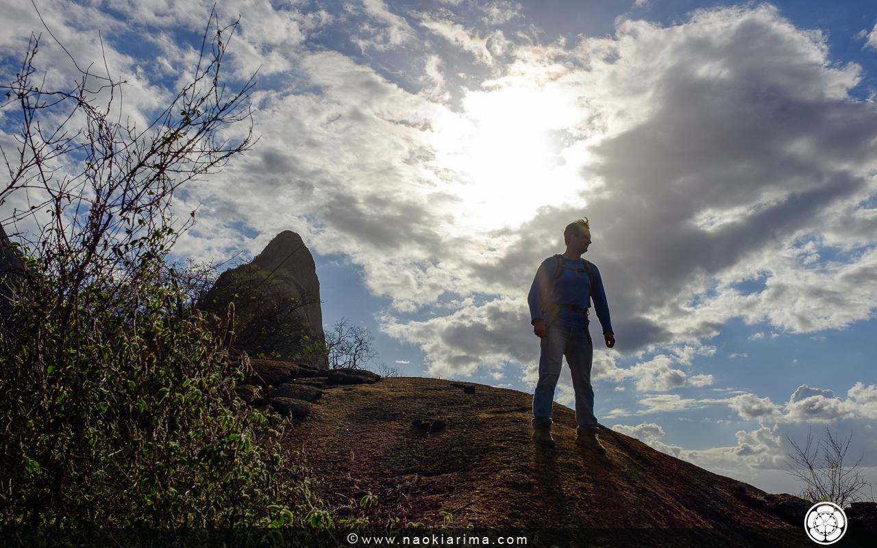 Fotinho Facebook. Ao fundo, o cume da Pedra Formosa a partir da crista que dá acesso ao cume.