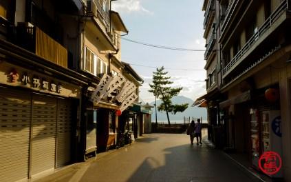 Cidade de Miya-jima ao entardecer.