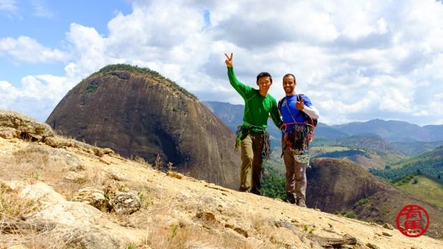 Tradicional foto do cume. Ao fundo a Pedra da Andorinha.