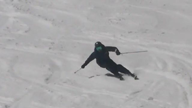 スキーを縦に滑らせる