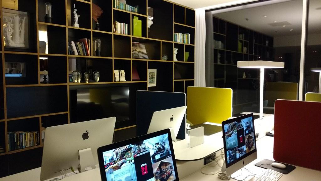 O hotel oferece iMacs com acesso irrestrito a internet, assim como wifi em todos os espaços
