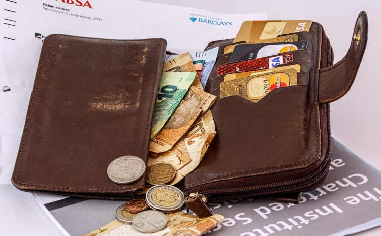 Pagar com dinheiro ou cartão, o que vale mais a pena?