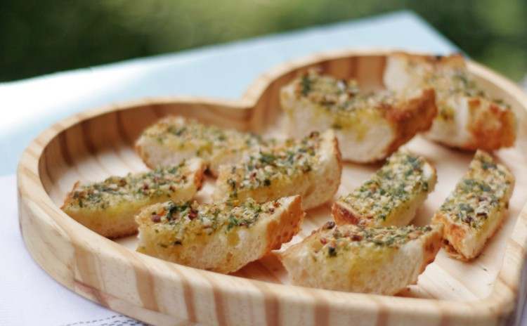 Como fazer pão de alho caseiro? Sem maionese e nem requeijão, mas com muito sabor!