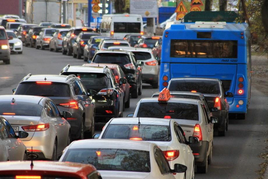 渋滞する車の列