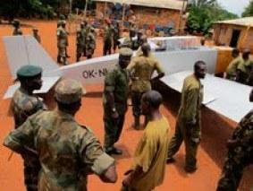 Soldaten in de Centraal-Afrikaanse Republiek bekijken het vliegtuig van Joost Conijn. Copyright: Joost Conijn
