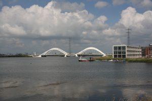 De Enneüs Heermabrug, een belangrijk verkeersknooppunt bij IJburg (Foto: Peter Visser / Flickr)