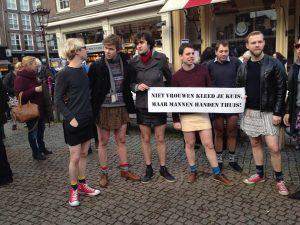Demonstranten in rok op het Spui tonen zich solidair met vrouwen en protesteren tegen seksueel geweld. (Foto: Heleen Gorris)