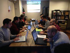 Deelnemers aan het werk tijdens een bijeenkomst. (Foto: Gijs Corstens)
