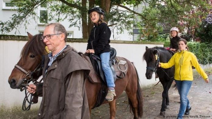 В Германии пенсионер месяц ехал на лошадях, чтобы выполнить свое обещание