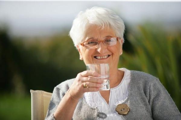 Как правильно пить воду в жару?