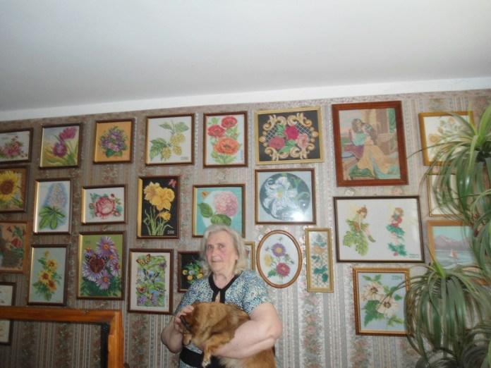 Пенсионерка вышивает галерею счастья