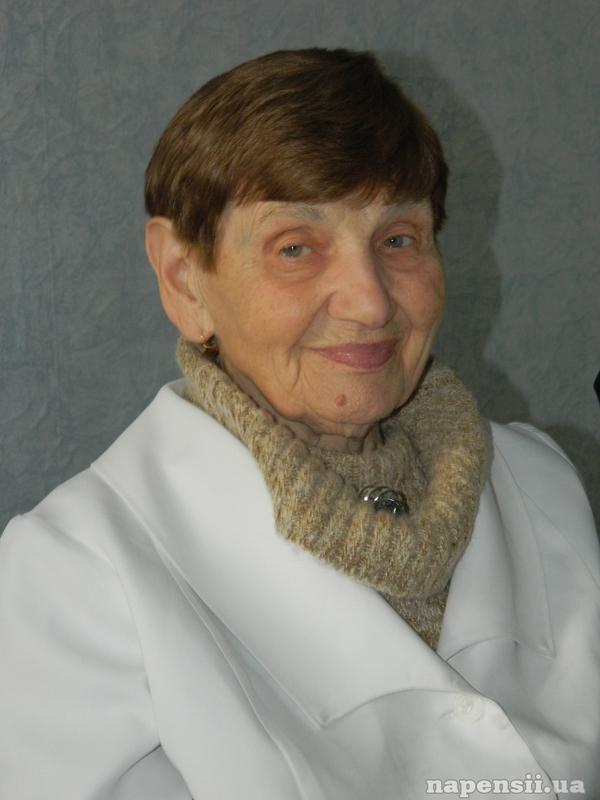 90-летняя акушерка до сих пор принимает роды