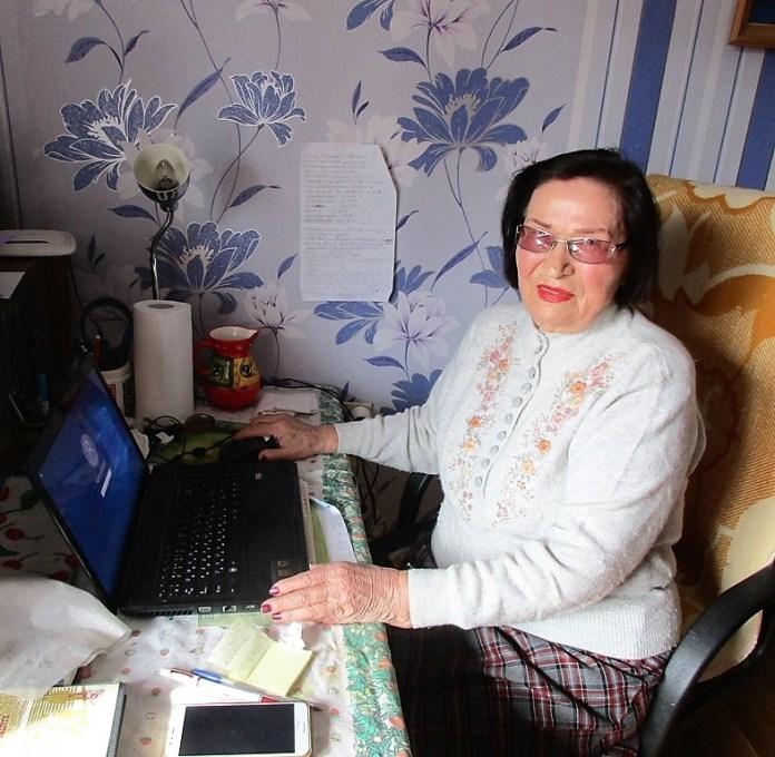 91-летняя одесситка умеет наслаждаться жизнью и создает красивую одежду