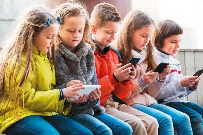 ребенок смартфон
